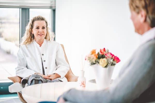 Carmen Fargel im Gespräch mit Patient