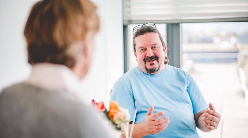 Carsten Albrecht bei psychotherapeutischer Sitzung mit Patient.